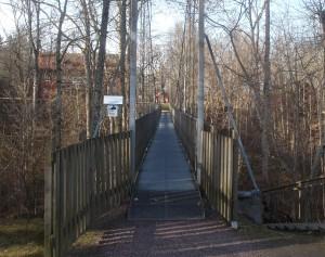 En smal gångbro leder över ravinen.